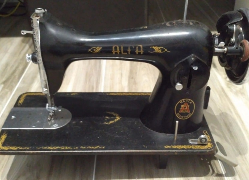 Máquina de costura Alfa sem pedal