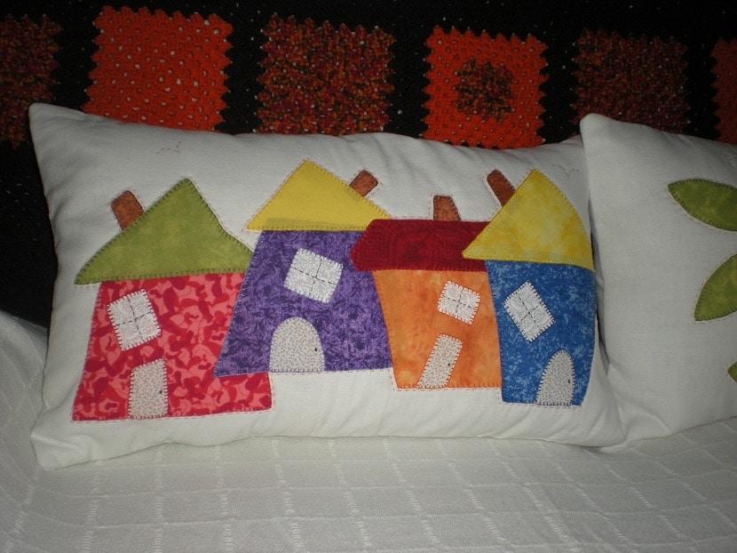 Cojines con casitas de colores