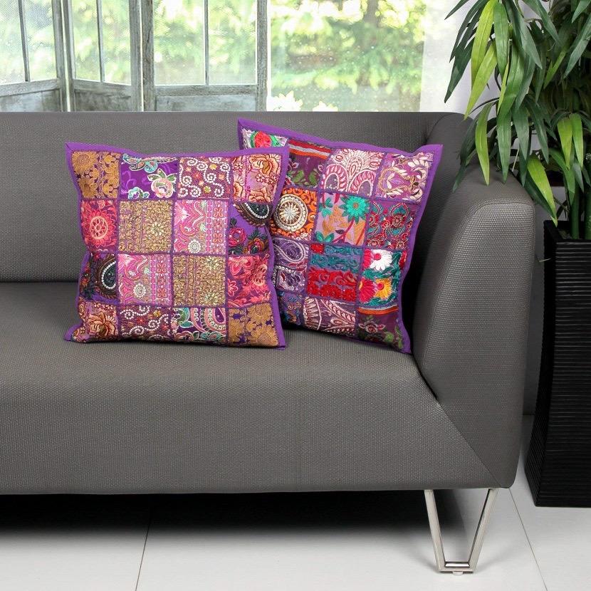 Cojines de flores en el sofá