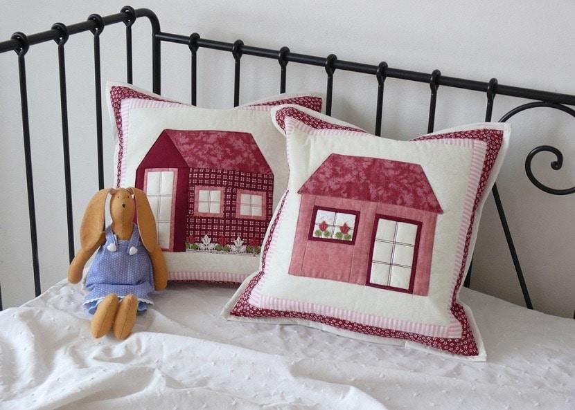 Dos almohadas con casas